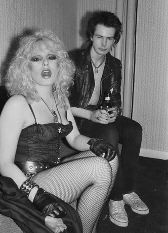 Фото №26 - Королевы рока: самые стильные жены и подруги культовых рок-звезд