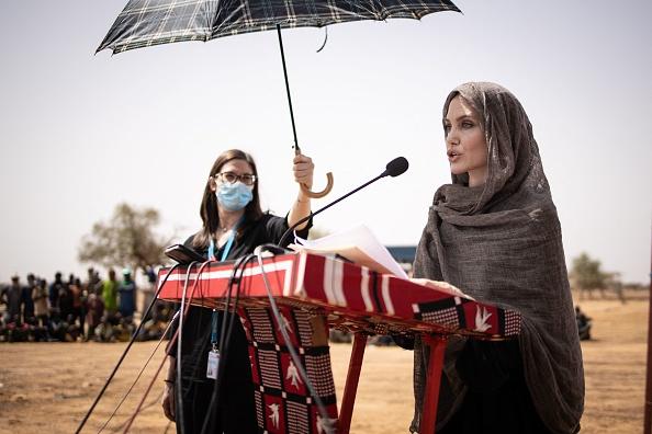 Фото №3 - Полная неожиданность: Анджелина Джоли с покрытой головой и в массивных серьгах в Буркина-Фасо