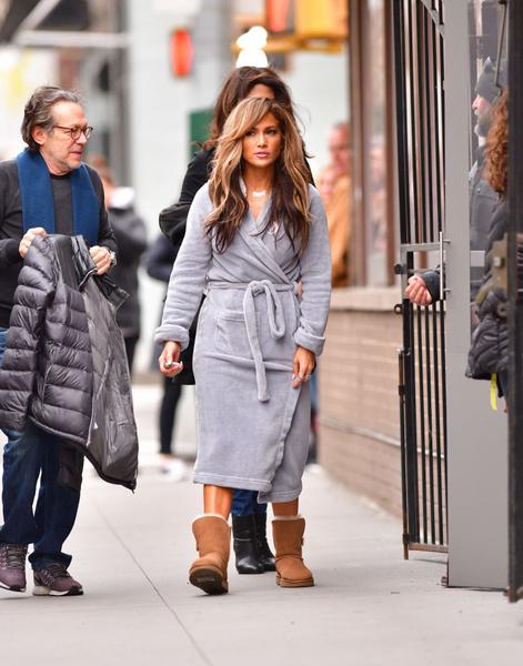 Фото №1 - Джей Ло прогулялась по городу в банном халате и уггах