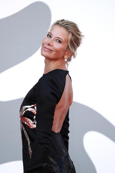 Фото №1 - Юлия Высоцкая в роскошном платье с открытой спиной поддержала мужа на Венецианском кинофестивале