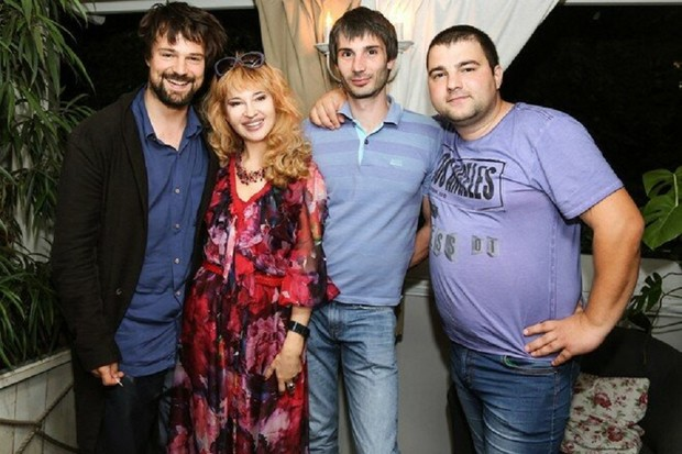 Данила Козловский с матерью и братьями