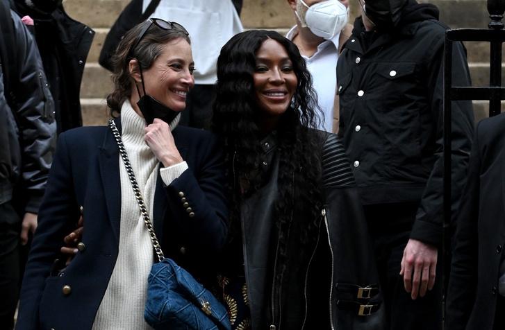 Фото №1 - Легенды подиума и королевы стритстайла: Кристи Тарлингтон и Наоми Кэмпбелл после показа Fendi Couture