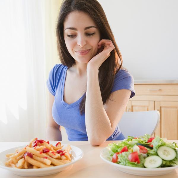 Фото №2 - Диеты, перекусы и еще 5 привычек, из-за которых вы легко набираете вес