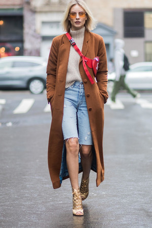 Фото №5 - Универсальная вещь: смотрим, как носить шорты в холодную погоду