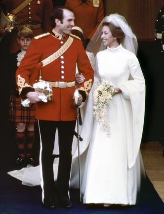 Фото №21 - Платья-близнецы: 15 слишком похожих свадебных нарядов королевских особ