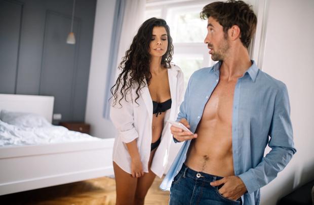Фото №1 - Мужская логика: почему он говорит вам, что любит, а в компании ведет себя как бабник