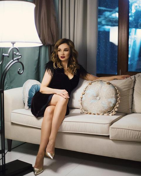 Фото №1 - Анфиса Чехова показала стройные ножки в уютном бархатном платье