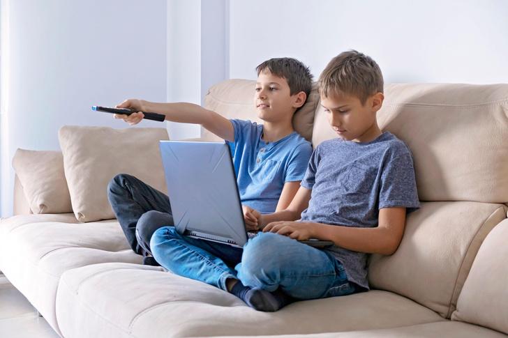Мама позволяет детям смотреть телевизор только с одним суровым условием