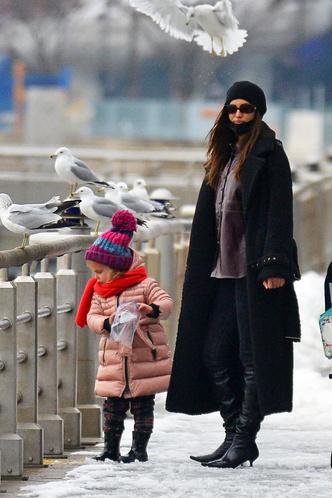 Фото №2 - Нью-Йорк, я люблю тебя: Ирина Шейк с дочкой столкнулись с Хью Джекманом на Манхэттене