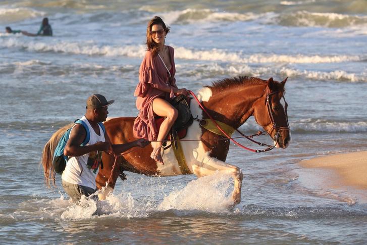 Фото №3 - Алессандра Амбросио знает все об эффектном появлении на пляже