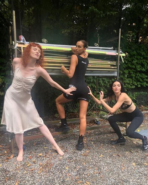 Фото №1 - Руки не прочь: подписчиков восхитило откровенное фото Шейк с коллегами-моделями