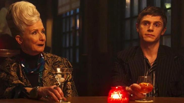 Фото №2 - Что же все-таки значили те красные огни в первой серии нового сезона «Американской истории ужасов»?