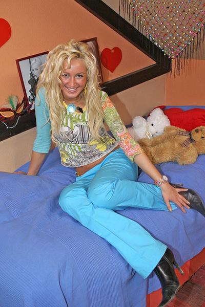 Фото №2 - Ольга Бузова 17 лет на тв: из скромной блондинки в яркую брюнетку и самую популярную девушку страны