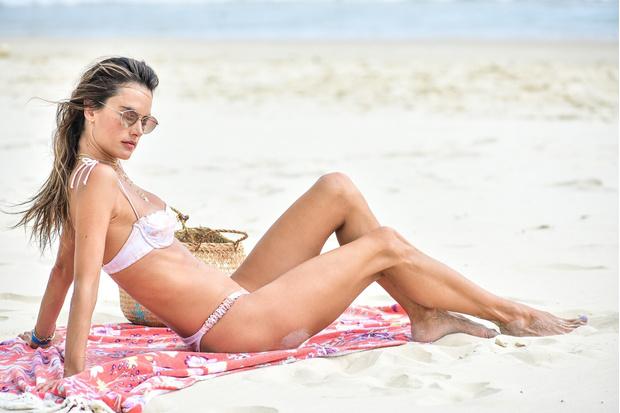 Фото №5 - Переход на летнее время: Алессандра Амбросио демонстрирует безупречную фигуру на пляже в Бразилии