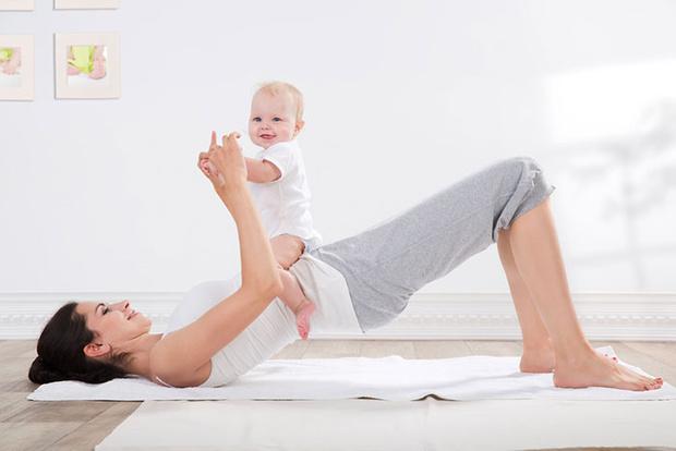 Фото №5 - Упражнения для восстановления формы после родов с малышом в руках