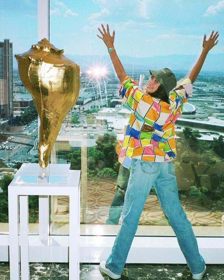 Фото №2 - Хейли Бибер показывает, с чем сочетать самые модные джинсы лета