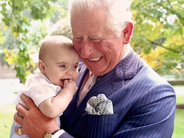 Фото №1 - Самые трогательные фотографии королевских бабушек и дедушек с внуками