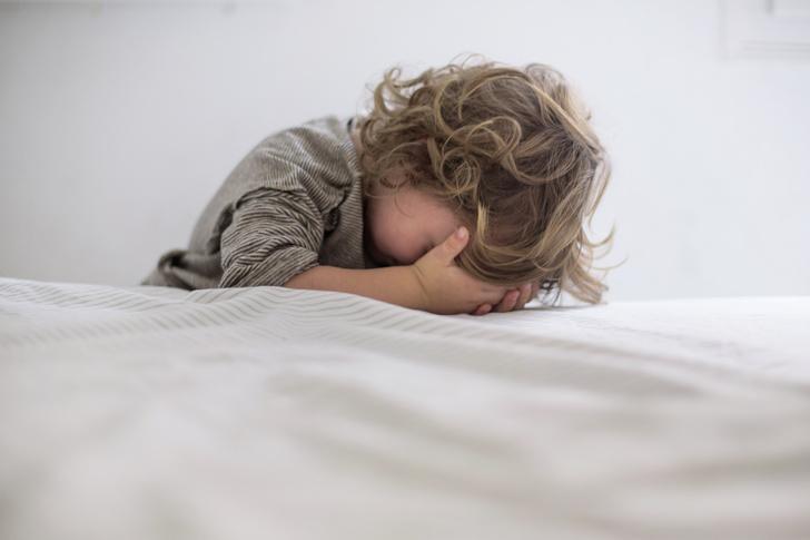 ребенок бьет себя по голове, ребенок бьет себя, воспитание ребенка, как делать замечание ребенку, ребенок делает себе больно