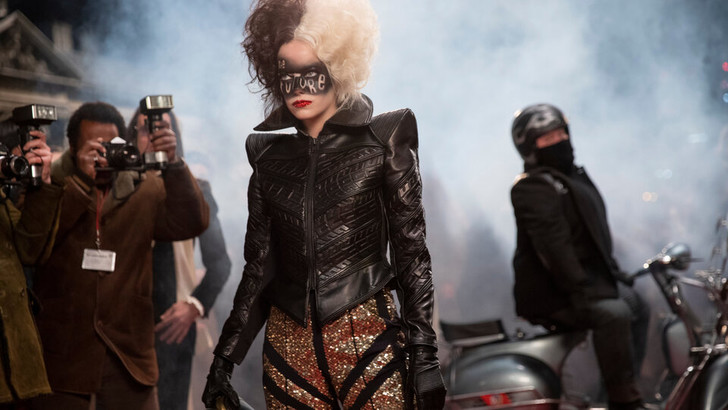 Фото №6 - 10 самых стильных нарядов Круэллы из фильма «Круэлла»