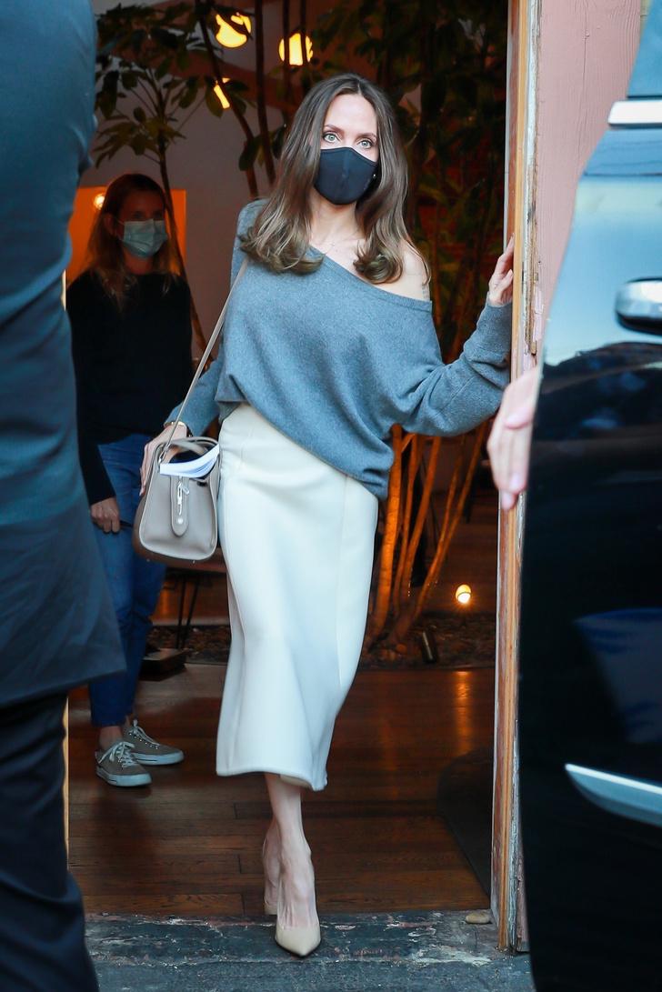 Фото №3 - Без сомнения, это самая красивая юбка этой осени. Белая, кашемировая, ее носит Анджелина Джоли