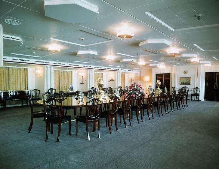 Фото №12 - На борту королевской яхты Britannia из сериала «Корона»