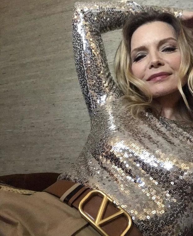 Фото №2 - Блестяще! Мишель Пфайффер в элегантном боди и брюках Valentino