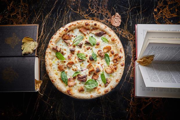 Фото №1 - Пицца с белыми грибами, ризотто с лисичками и лапша с вешенками: 7 грибных рецептов на любой вкус