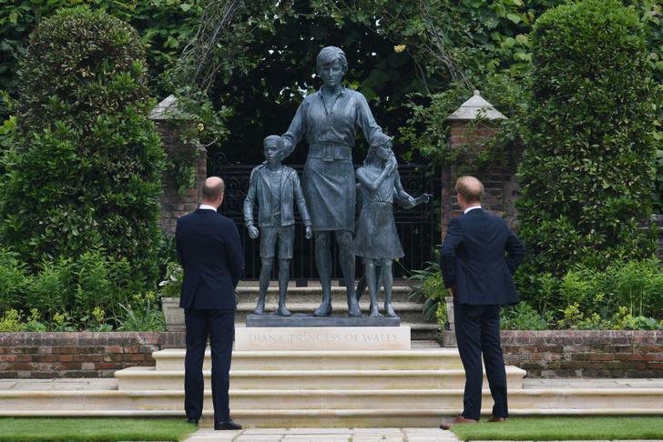 Фото №4 - Мама была бы рада: принцы Уильям и Гарри тепло встретились на открытии памятника принцессе Диане