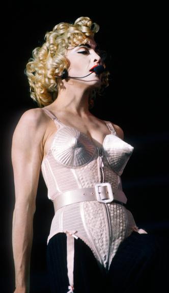 Фото №9 - Королева провокаций: 10 скандальных нарядов Мадонны, которые изменили моду
