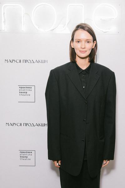 Фото №2 - Как мальчик: Паулина Андреева пришла на премьеру своего спектакля без грамма макияжа