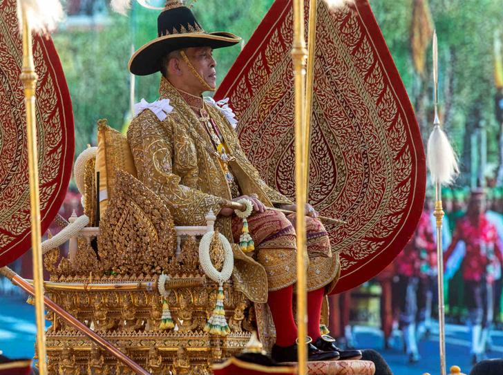 Фото №1 - Король Таиланда простил свою фаворитку и вернул ей все титулы