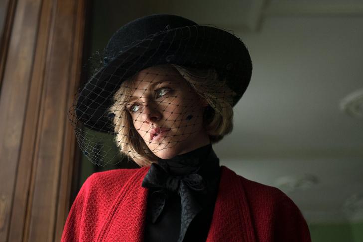 Фото №1 - Не зря Диана разлюбила Chanel! Стюарт надела на премьеру фильма про Леди Ди «самый несуразный наряд»