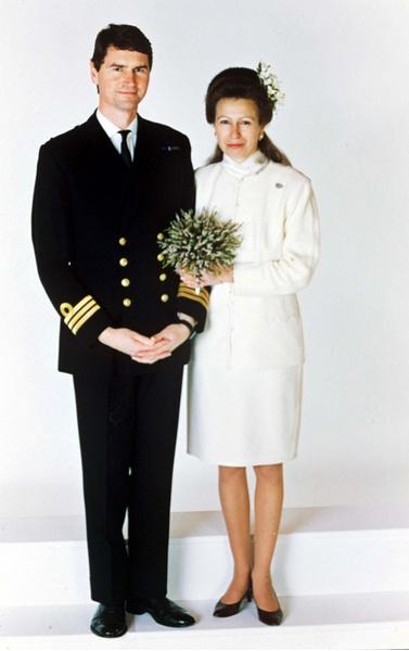 Фото №14 - Самые знаменитые свадебные платья Виндзоров: неудачные, смелые и даже бодипозитивные