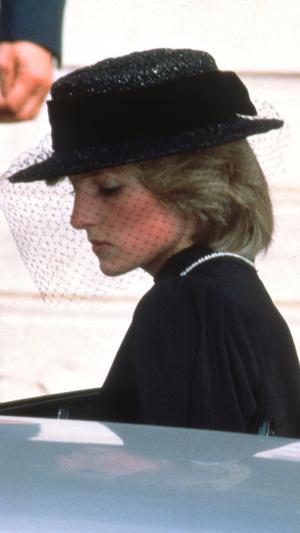 Фото №3 - Грустный повод: история королевского траурного дресс-кода