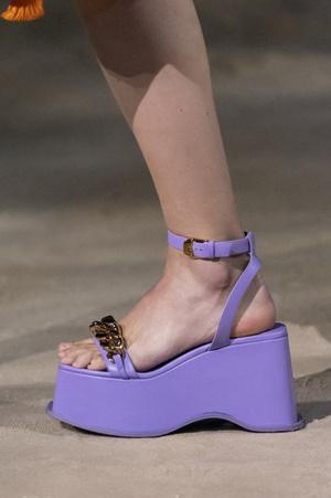 Фото №14 - Самая модная обувь весны и лета 2021: советы дизайнеров