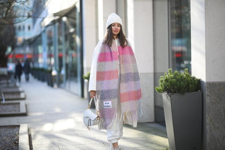 Фото №2 - Как носить объемный шарф и не утонуть в нем: 6 модных приемов