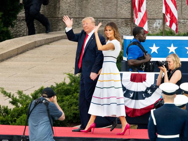 Фото №9 - Миссис эпатаж: самые скандальные образы Мелании Трамп в роли Первой леди