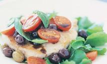 Тунец с оливками, томатами и базиликом