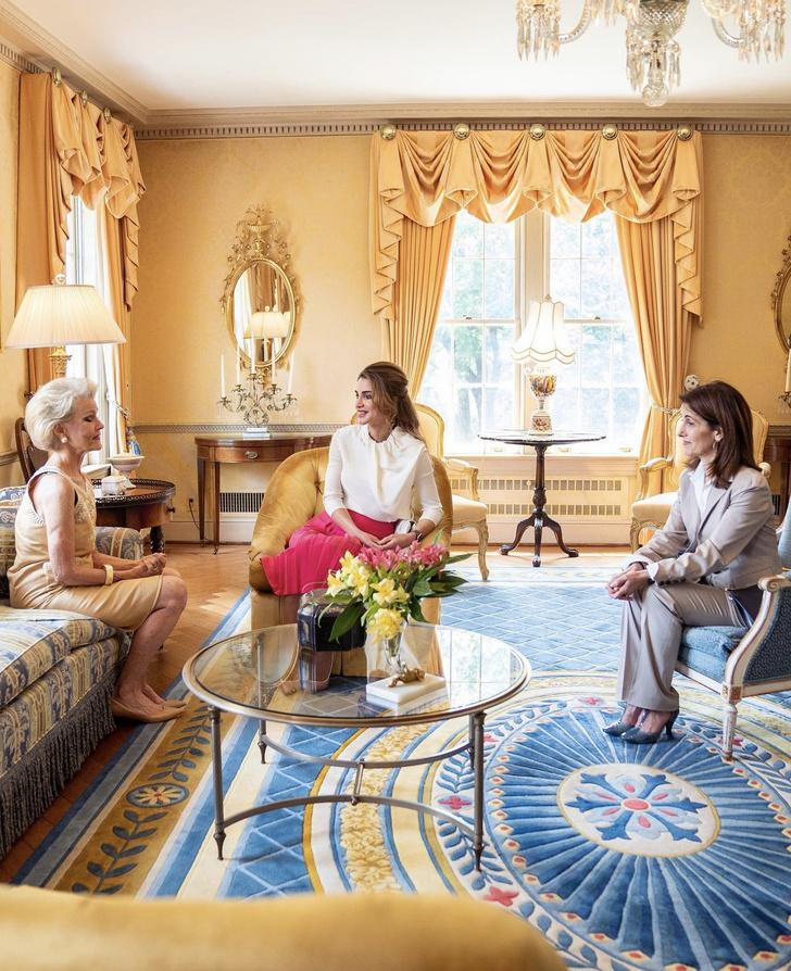 Фото №1 - Сильно красивая: королева Рания сходит с ума по розовому цвету во время своего визита в США