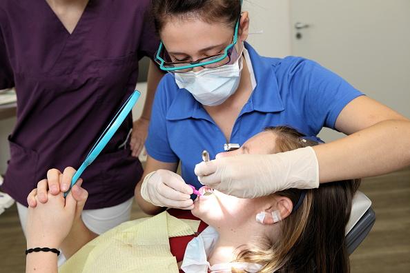 Вопрос: для чего покрывают зубы лаком?