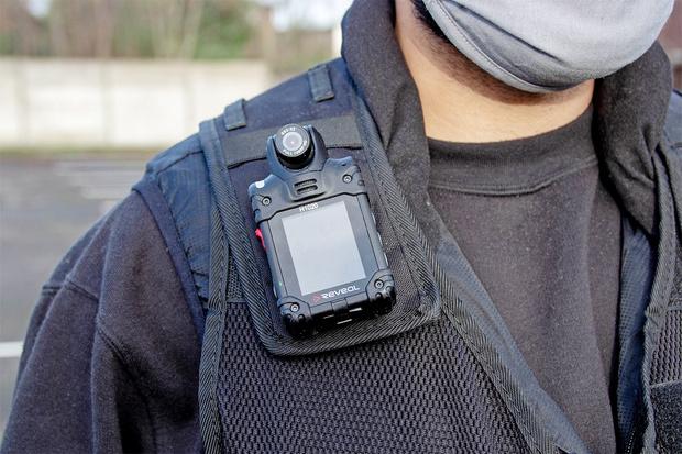 Фото №1 - Как и зачем носить видеорегистратор все время