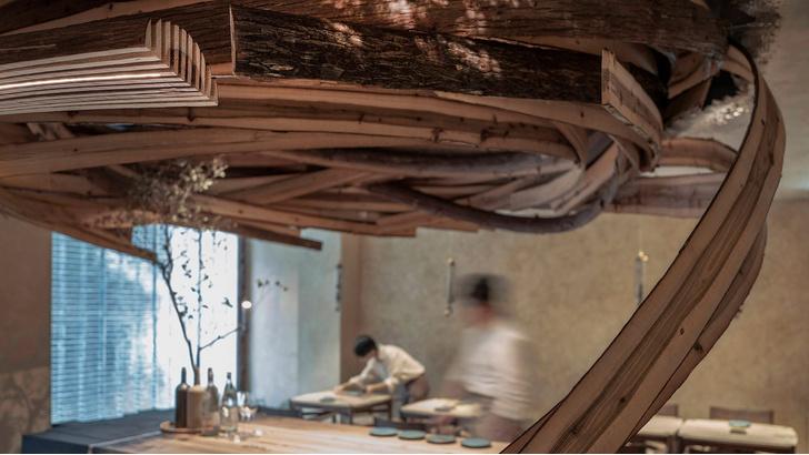 Фото №1 - «Вихрь» из кедровых панелей в ресторане Embers