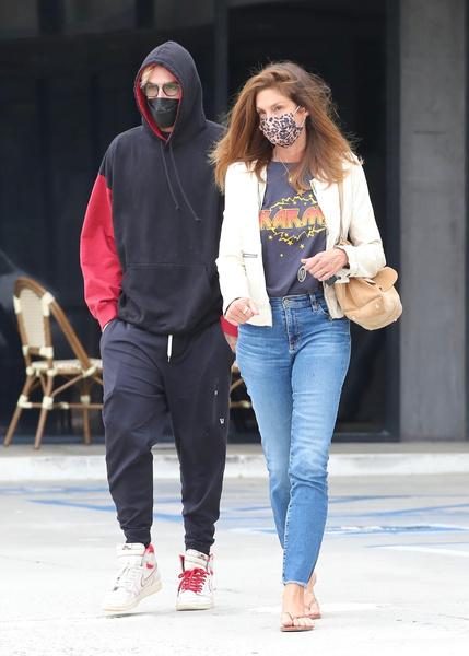 Фото №2 - Синди Кроуфорд на прогулке с сыном выглядит, как его младшая сестра
