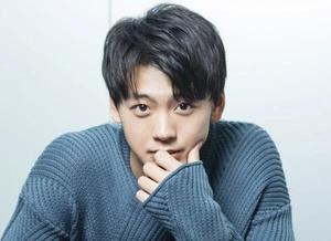 Фото №1 - «Я мог бы его поцеловать»: актер Рёма Такэути о внешности Ви из BTS
