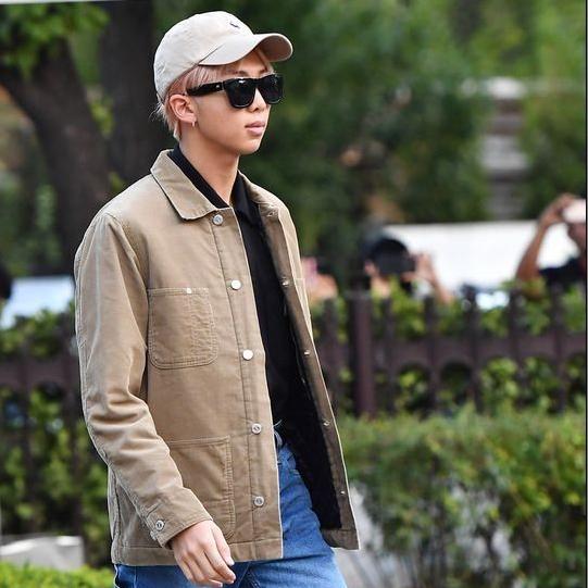 Фото №1 - 5 самых стильных осенних образов: показывает RM из BTS