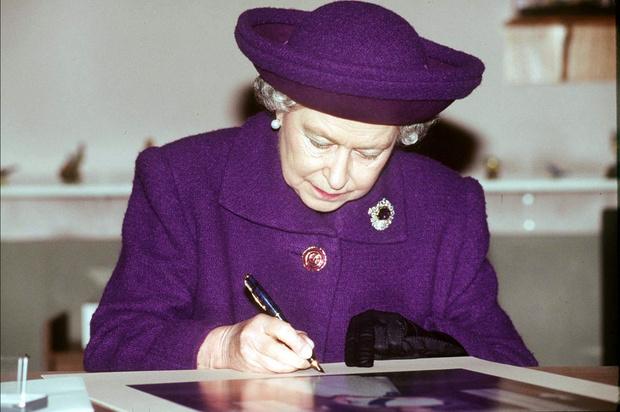 Фото №2 - Елизавета II рассказала, что делает с многочисленными письмами от поклонников