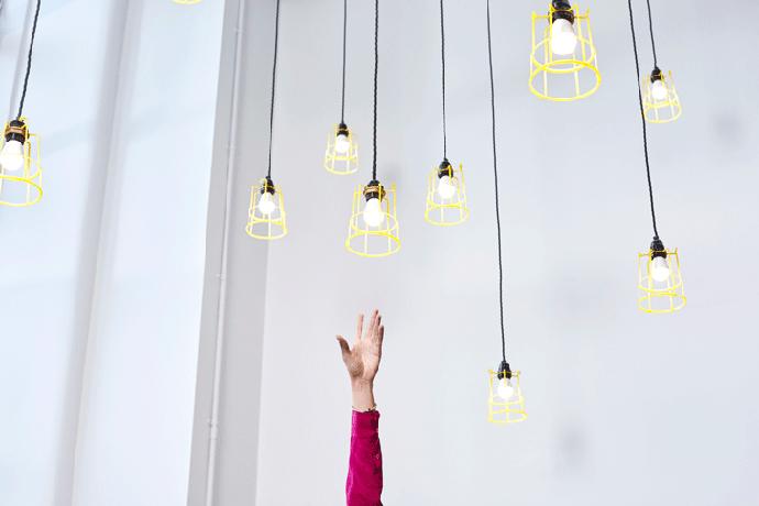 Множество лампочек в интерьере