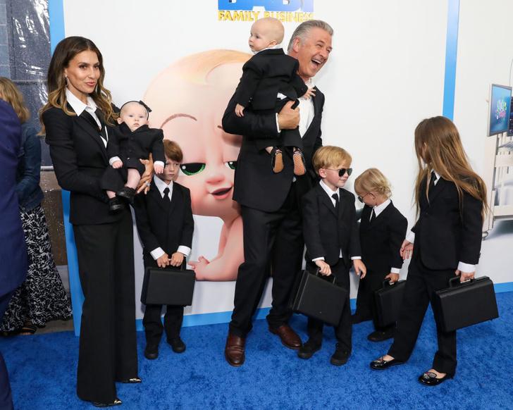 Фото №1 - Кто здесь босс? Алек Болдуин с женой и шестью детьми в деловых костюмах на премьере фильма «Босс-молокосос 2»