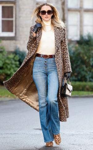 Фото №2 - От бедра: как выбрать правильные джинсы-клеш