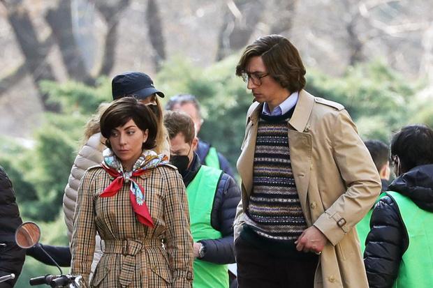 Фото №1 - Посмотри на фото со съемок фильма про Гуччи! Леди Гага и Адам Драйвер выглядят как типичные родители 😅